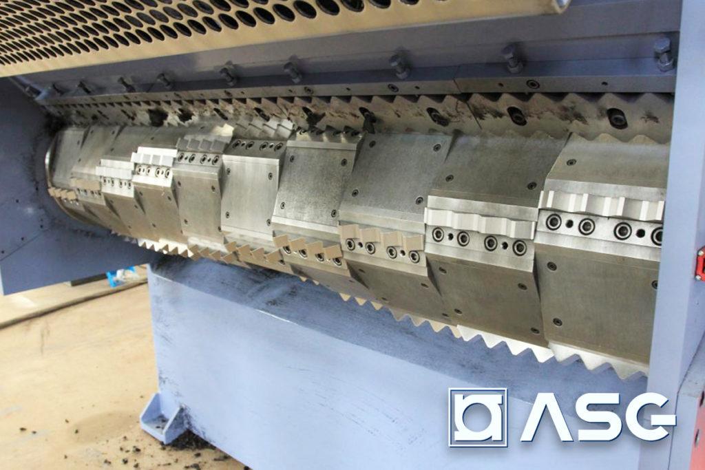 Plastic shredder for elastic plastics and rubbers - cutting chamber